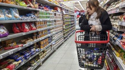 Lasconsumidores miran detenidamente todos los precios para optimizar sus presupuestos
