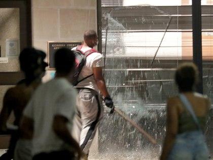 Una ventana del edificio de la administración del condado destruida por los manifestantes (Mike De Sisti/Milwaukee Journal Sentinel via USA TODAY via REUTERS)
