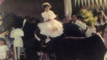 Manuela, hija de Escobar, en su cumpleaños número cinco sobre la yegua que le regaló el capo.