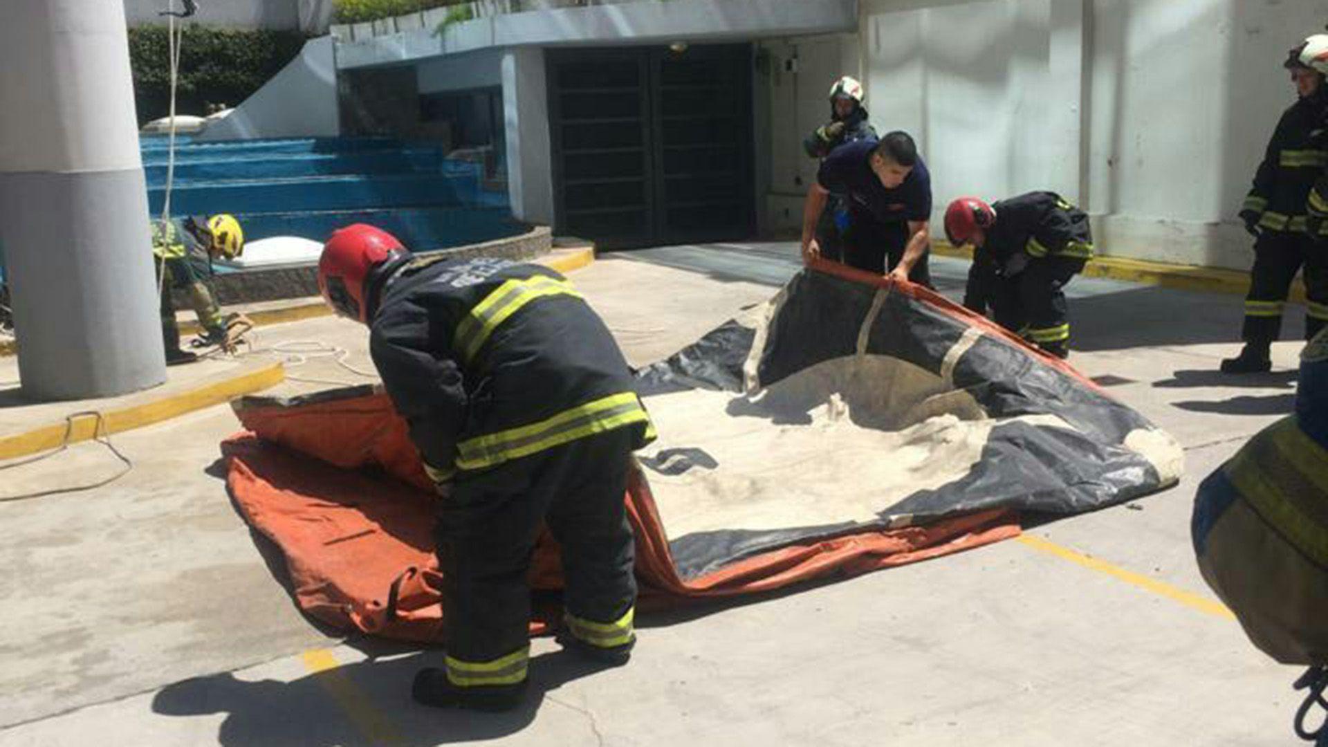 Como parte del operativo, los bomberos montaron un colchón inflable