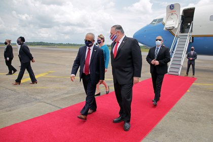 Pompeo junto al ministro de Relaciones Exteriores de Surinam, Albert Ramdin. Foto: REUTERS/Ranu Abhelakh