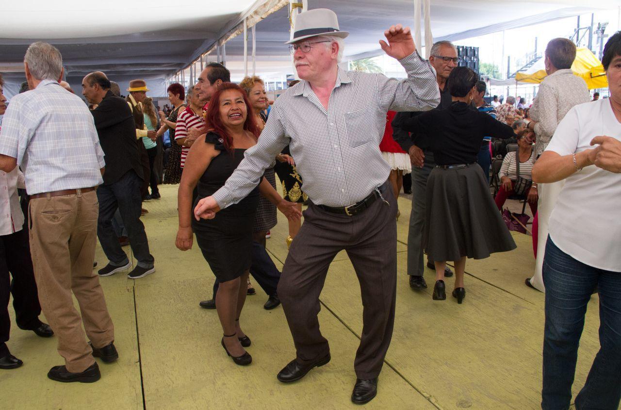 CIUDAD DE MEXICO. 28AGOSTO2019.- Decenas de adultos mayores, acudieron solos o en compañía de algún familiar, al festejo por el día del abuelo, que se realizó en la explanada central de la alcaldía de Venustiano Carranza. Efectivos de la Guardia Nacional en las inmediaciones de la demarcación. FOTO: VICTORIA VALTIERRA / CUARTOSCURO.COM