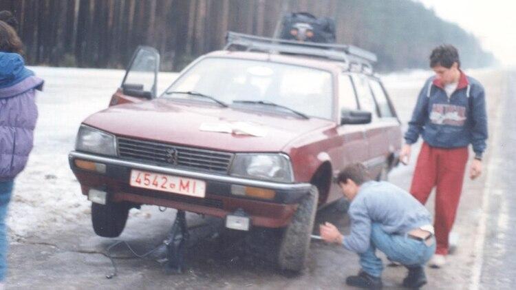 Cuando los estaban por deportar, el embajador argentino les recomendó comprarse un auto e huir a Polonia. En la imagen, cuando pincharon una goma en la ruta Minsk – Brest, una de las más peligrosas de la zona
