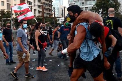 La policía libanesa reprimió este sábado una protesta antigubernamental en Beirut (REUTERS/Hannah McKay)