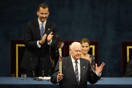 El hispanista francés Joseph Pérez aplaudido tras recibir el premio Príncipe de Asturias en Ciencias Sociales, de manos del rey Felipe VI en el teatro Campoamor en Oviedo. 24 de octubre de 2014. REUTERS/Eloy Alonso