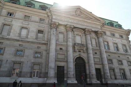 Foto de archivo - Vista general de la fachada del Banco de la Nación Argentina, en Buenos Aires. Sep 16, 2020. REUTERS/Agustin Marcarian