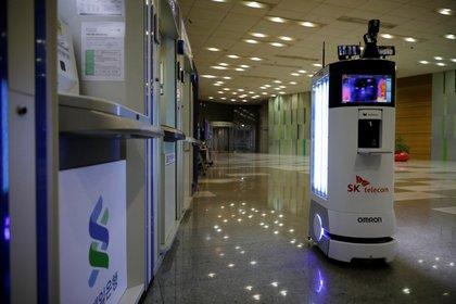 Un robot sanitizante durante una demostración en Seúl, Corea del Sur. (REUTERS/Kim Hong-Ji)