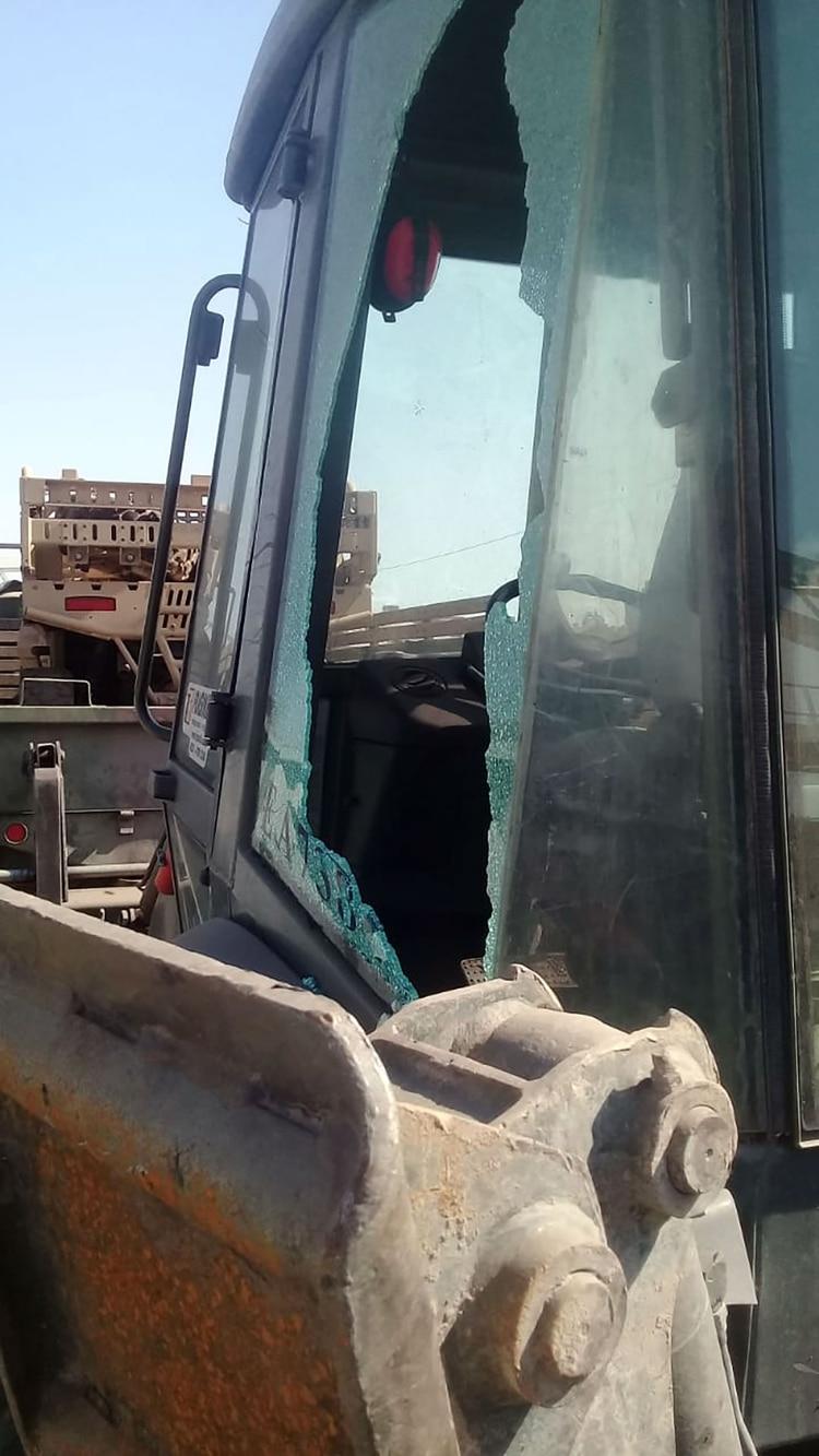 Producto de los piedrazos, varios camiones y grúas terminaron con vidrios rotos