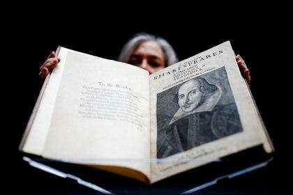 El primer folio de William Shakespeare, publicado en 1623, en Christie's Auction House en Londres [13 de enero de 2020] (Reuters/ Henry Nicholls     TPX IMAGES OF THE DAY)