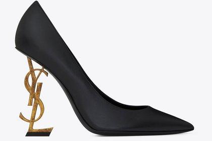 """El """"Opyum Black"""" de 11 centímetros de cuero negro con detalle fashionista de taco en metal dorado con las siglas de la marca Yves Saint Laurent"""