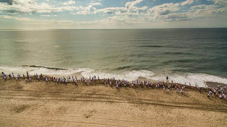 Cuando de correr se trata, los expertos sugieren hacerlo sobre la arena mojada
