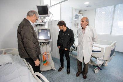 Axel Kicillof durante una recorrida por un hospital en San Martín