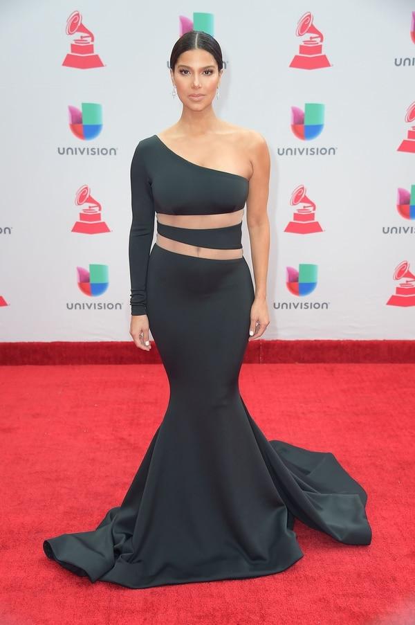 Pequeños aros, maquillaje sobrio y un peinado tirante, Roselyn Sánchez, la presentadora de los Grammy lució un impactante vestido corte sirena de un solo hombro con transparencias.