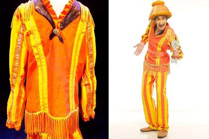 """El traje del """"Duende más alto del mundo"""" -en la piel de Alexis Chávez-, de la obra """"Kakiko y la Llave Mágica"""". Confeccionado en sastrería de alta costura, con telas resistentes y gruesas, de colores anaranjado, amarillo y negro, con flechos, volados, telas con brillos y detalles a mano. Su precio de base es de $ 14.000"""