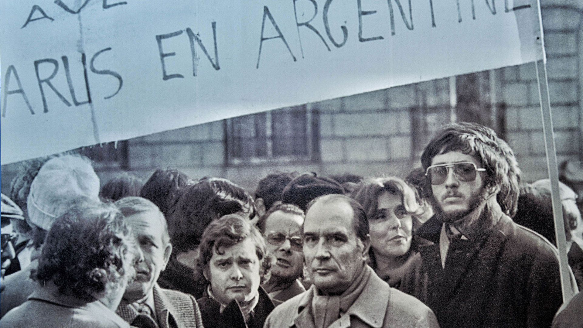 Manifestación frente a la Embajada argentina en París en reclamo por los desaparecidos. El socialista François Mitterrand, que en 1981 sería electo presidente, estaba presente. El Partido Comunista francés era reticente.