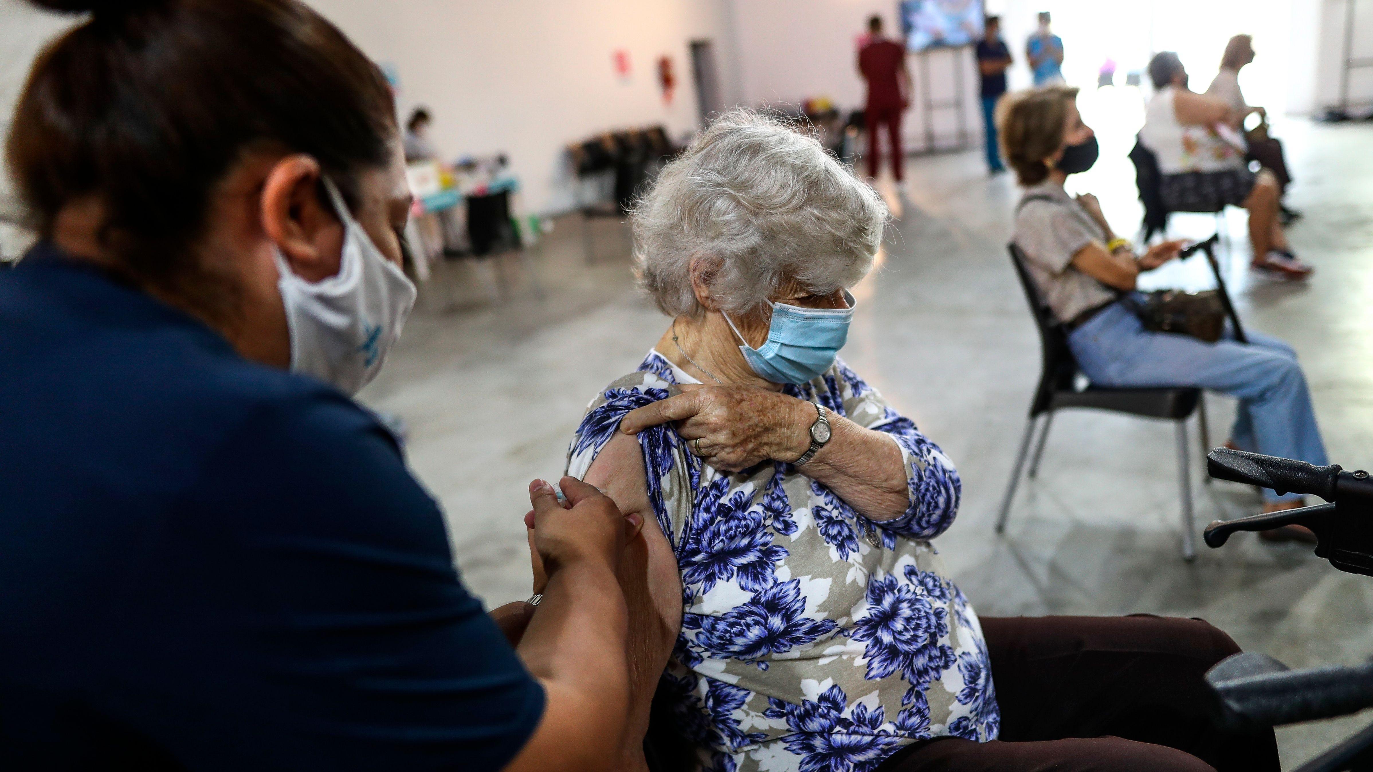 Adultos mayores reciben la vacuna contra la covid-19 en una jornada de vacunación en la Provincia de Buenos Aires, (Argentina). EFE/Juan Ignacio Roncoroni/Archivo