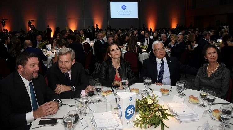 Alejandro Macfarlane junto a Rogelio Frigerio y al embajador Edward Prado y su mujer María (Fotos: Nicolás Aboaf y Nicolás Stulberg)