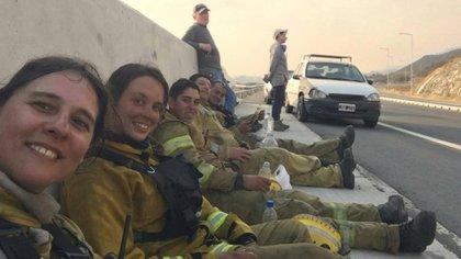 Martes 25 de agosto. Luciana Amezague (la segunda) descansa junto a sus compañeros, los Bomberos Voluntarios de Bialet Massé, luego de haber estado horas combatiendo el fuego.