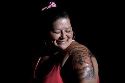 Cintia Veronica muestra con orgullo su tatuaje maradoniano (Reuters)