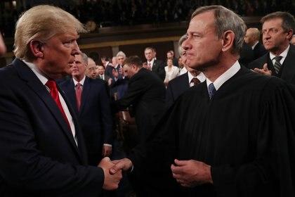 Trump y John Roberts (REUTERS/Leah Millis)