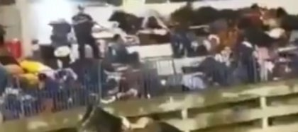 El grupo armado, conformado por varios hombres vestidos de negros que portaban armas largas tipo AK-47 y AR-15, ingresó a la altura de la puerta del redondel y empezó a trasladarse por las gradas, donde comenzaron a realizar múltiples disparos al aire, mientras se efectuaba una corrida de toros (Foto: Twitter)