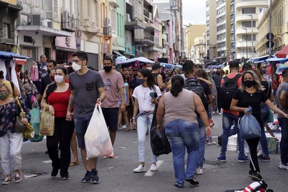 Un grupo de personas camina en una de las zonas comerciales de Sao Paulo (CRISTINA FAGA / ZUMA PRESS / CONTACTOPHOTO)