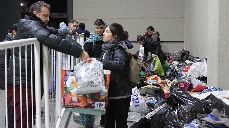 La acción solidaria organizada entre el Club Atlético River Plate y Red Solidaria también juntó donaciones de colchones, ropa y abrigo. Foto: Gentileza Prensa River Plate.