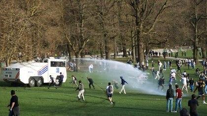 Las fuerzas policiales belgas dispersan a los jóvenes reunidos en el parque Bois de la Cambre/Ter Kamerenbos para una fiesta que desafía las medidas y restricciones de distanciamiento social de la enfermedad del coronavirus de Bélgica, en Bruselas, Bélgica (REUTERS/Clement Rossignol)