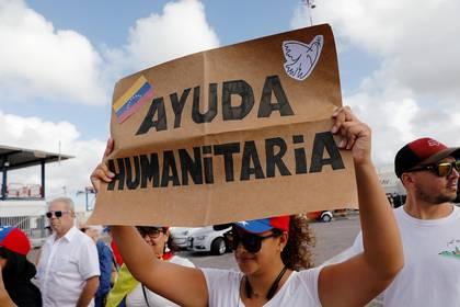 Venezolanos reclamando por el ingreso de ayuda (REUTERS/Henry Romero)