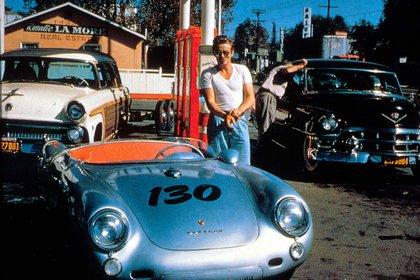 Se había comprado un Porsche 550 Spyder, un auto que alcanzaba los 250 kilómetros por hora. Él mandó a pintarle el número 130 para poder competir con él y una pequeña leyenda, el nombre del auto: Little Bastard, como lo llamaba el directivo de la Warner (Moviestore/Shutterstock)