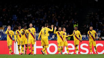 Soccer Football - Champions League - Round of 16 First Leg - Napoli v FC Barcelona - Stadio San Paolo, Naples, Italy - February 25, 2020  Barcelona's Antoine Griezmann celebrates scoring their first goal with Lionel Messi and teammates   REUTERS/Guglielmo Mangiapane