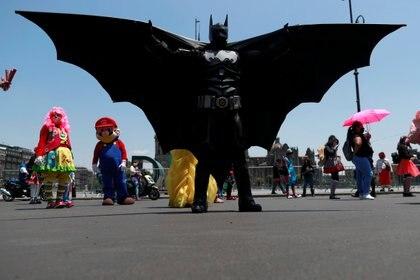 """Batman, representado por Elvis Guadarrama, dijo en entrevista con Efe que él y su compañeros llevan """"más de un mes sin trabajar"""" (Foto: REUTERS/Carlos Jasso)"""