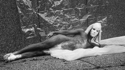 Foto vintage de Carlos Motta, en el stand de la parisina Mor Charpentier