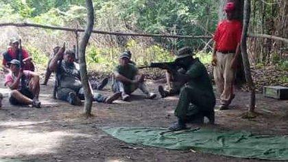 Los civiles son entrenados por el los guerrilleros venezolanos del FBL/FPLN