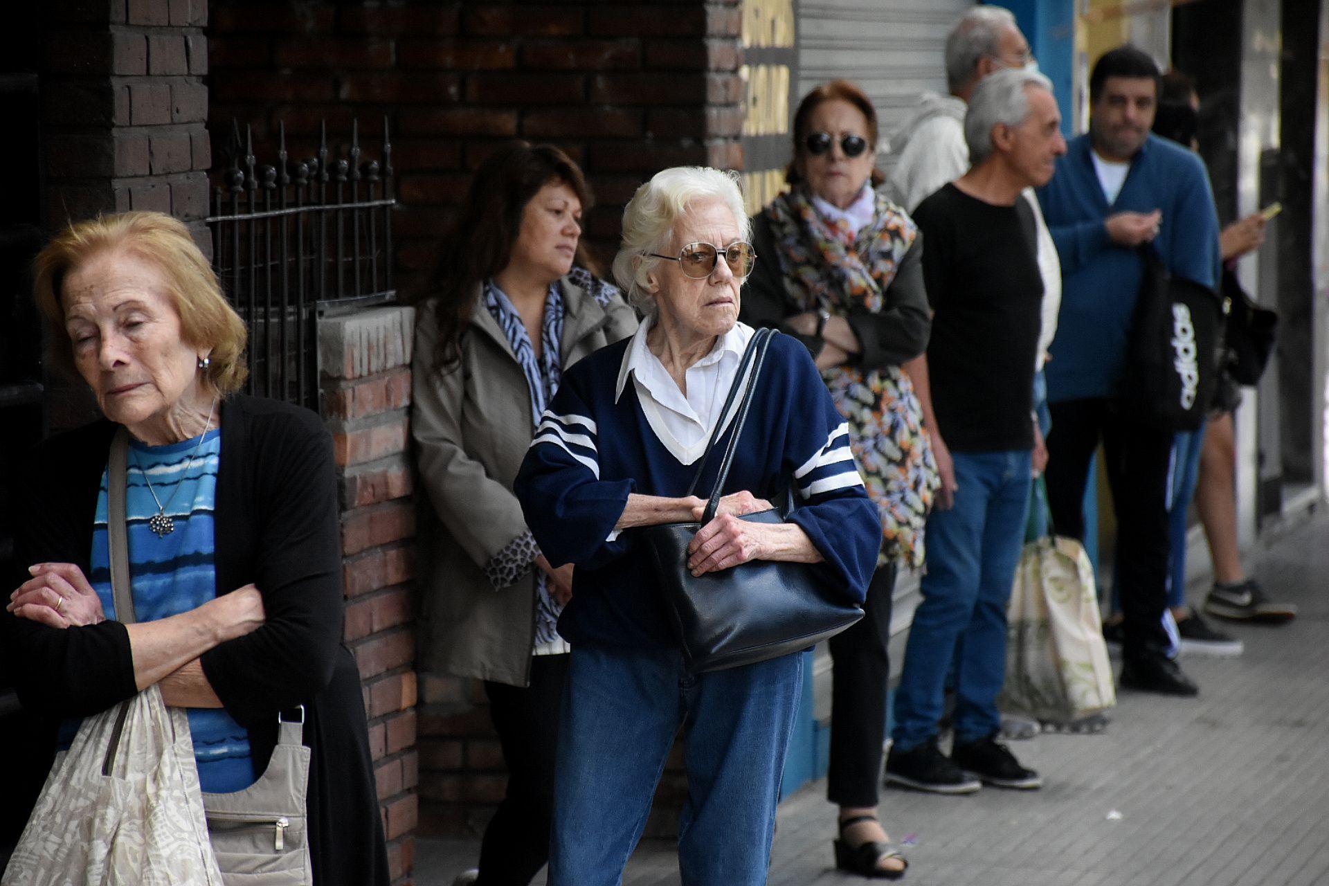 Cobro jubilados cola fila bancos cuarentena baco Caballito