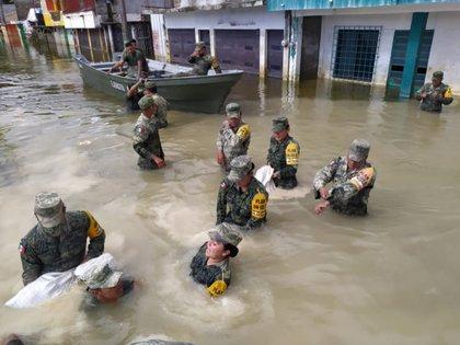 Militares trabajan este domingo 22 de noviembre en la colonia El Castaño de Macuspana (Foto: Twitter @adan_augusto)