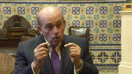 """El embajador peruano Hugo de Zela, aspirante a desbancar de la OEA al uruguayo Luis Almagro, afirma que su rival, por su oposición polarizada y mediática a Nicolás Maduro, """"es más parte del problema que de la solución"""" en la crisis en Venezuela."""