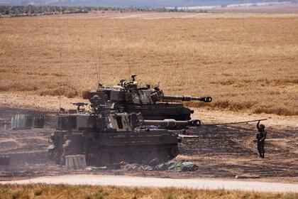 Soldados israelíes trabajan en su unidad de artillería cerca de la frontera entre Israel y la Franja de Gaza, en su lado israelí el 14 de mayo de 2021. REUTERS/Amir Cohen