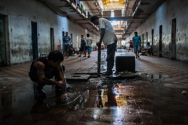 La hora de limpiar en una cárcel de Tucumán (Pablo Toranzo)