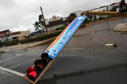 En Cancún, estructuras y señales de tráfico se dañaron por la fuerza de los vientos/7 de octubre (Foto: REUTERS/Henry Romero)