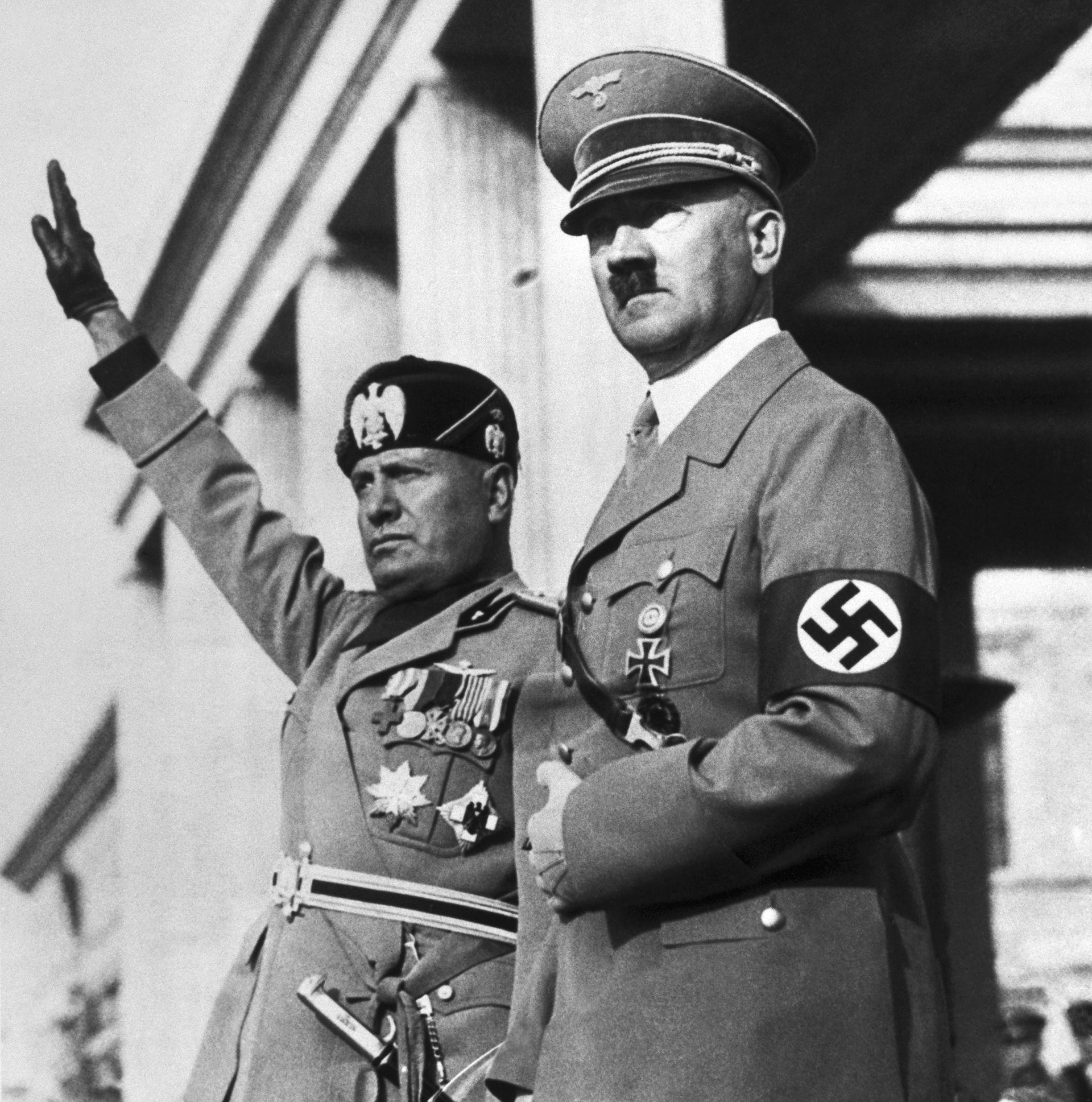 Benito Mussolini y Adolfo Hitler en un desfile nazi en Alemania