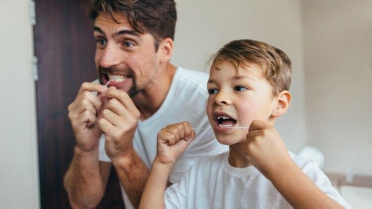 El hilo dental debe usarse todos los días y ser parte de la rutina cotidiana, no sólo cuando la persona siente que necesita una limpieza más profunda