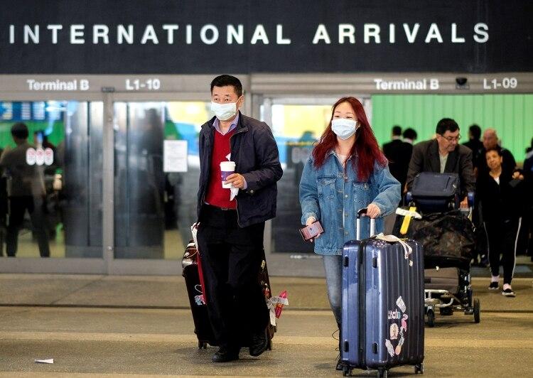 Turistas chinos llegan al aeropuerto de Los Ángeles el 26 de enero de 2020 (REUTERS/Ringo Chiu/File Photo)