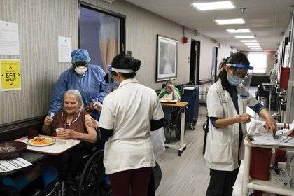 Residentes de un asilo de ancianos reciben una inyección de la vacuna contra la enfermedad del coronavirus (COVID-19) en el Centro de Enfermería y Rehabilitación Rey David, una instalación de un asilo de ancianos, en el vecindario de Bath Beach de Brooklyn en la ciudad de Nueva York. 6 de enero de 2021.  REUTERS/Yuki Iwamura