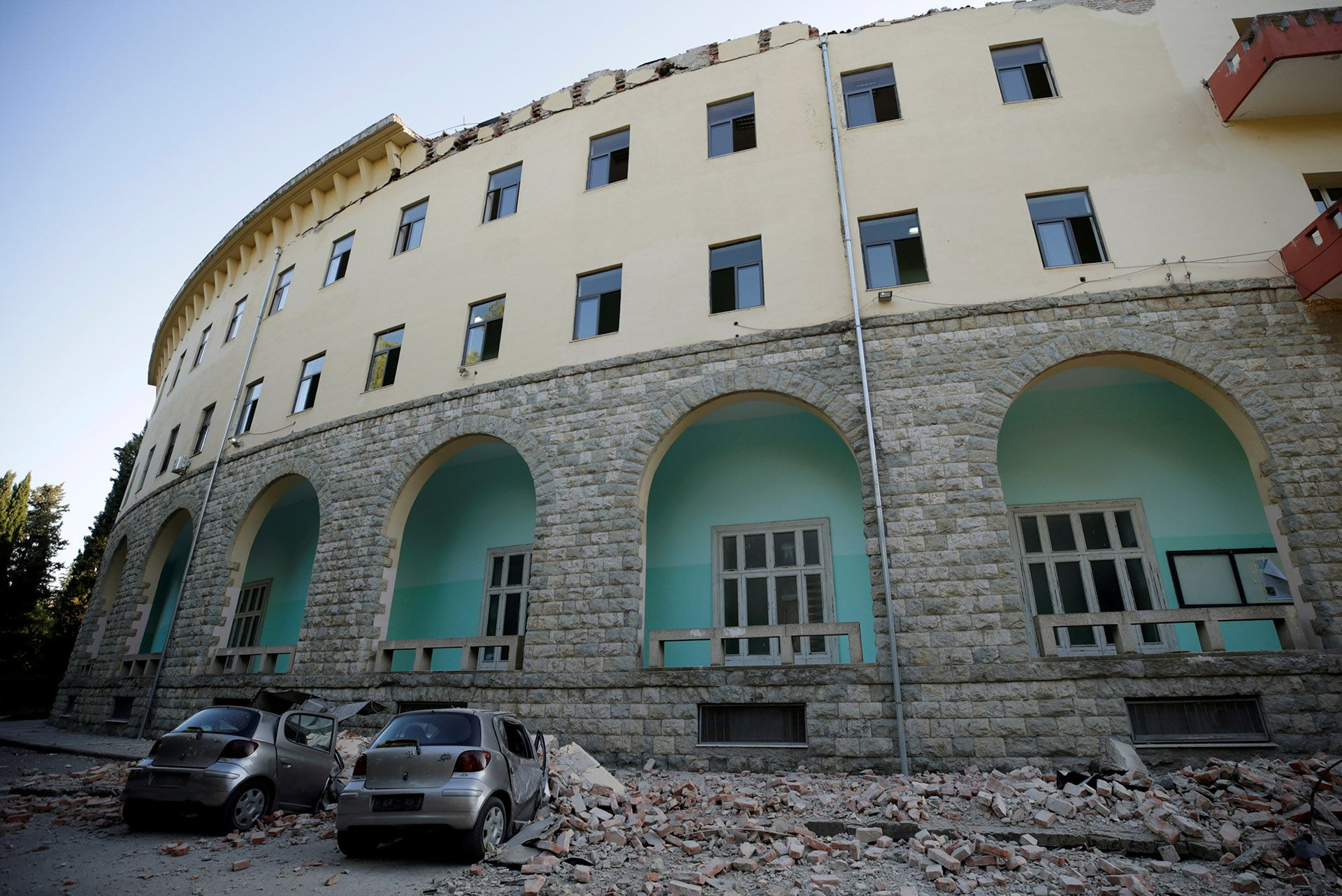 Un edificio con destrozos tras un terremoto en Albania(REUTERS/Florion Goga)