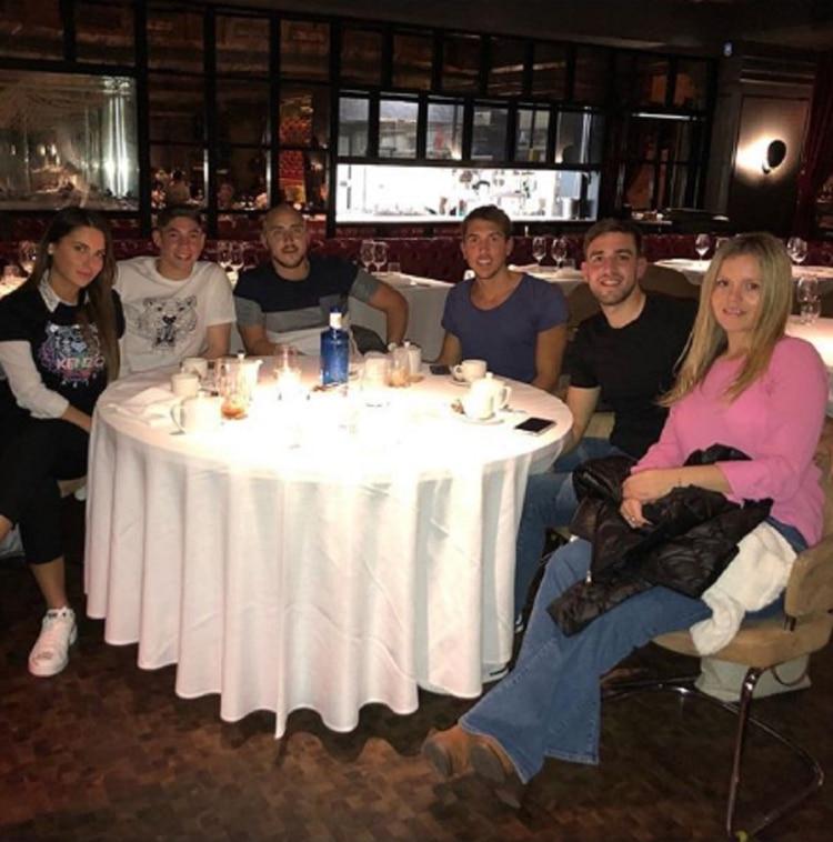 Mina Bonino con su novio y amigos en Madrid (Foto: Instagram/minabonino)