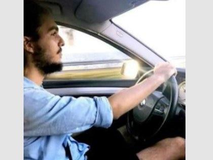 Tony Castro manejando un BMW