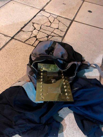 Uno de los dos porteros eléctricos de bronce que se habían robado la madrugada del domingo pasado