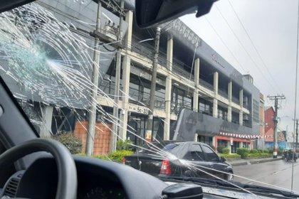 El periodista de RCN 'Pacho alerta' denunció que lanzaron piedras al vehículo en el que se movilizaba. Foto: Twitter Pacho alerta.