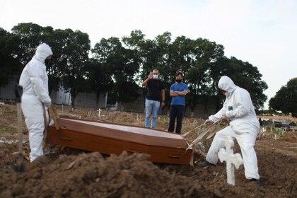 Entierro en un cementerio de Río de Janeiro (Reuters)